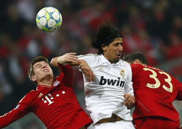 Sami Khedira z Realu Madrid mezi dvěma hráči Bayernu