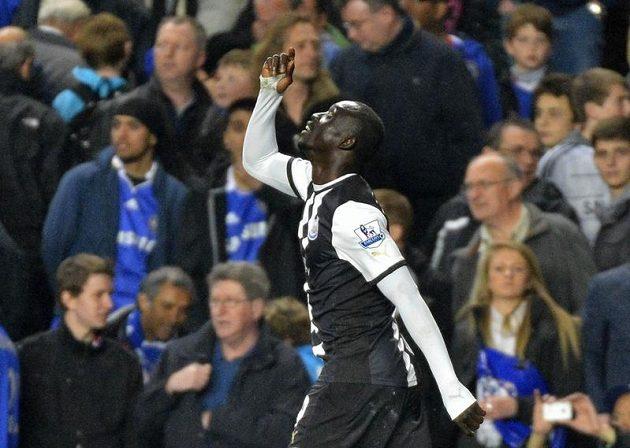 Papiss Cissé z Newcastlu se raduje z branky proti Chelsea.