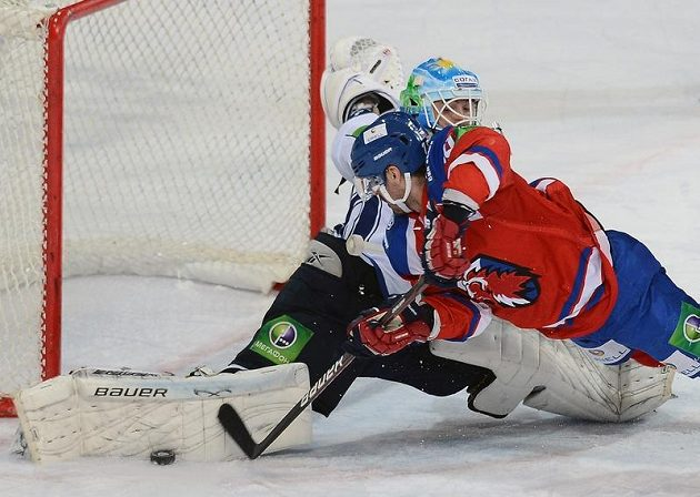 Brankář Chabarovsku Alexej Murygin likviduje šanci Michala Řepíka z celku Lev Praha.