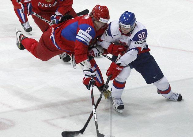 Rus Alexander Ovečkin v souboji se Slovákem Tomášem Tatárem ve finále MS.