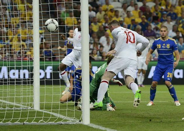 Wayne Rooney (č. 10) střílí vítězný gól anglické reprezentace v duelu s Ukrajinou