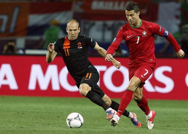 Cristiano Ronaldo z Portugalska (vpravo) a Arjen Robben z Nizozemska