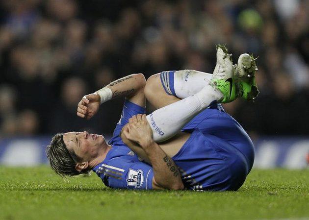 Útočník Chelsea Fernando Torres se drží za pravé koleno těsně předtím, než uviděl červenou kartu.