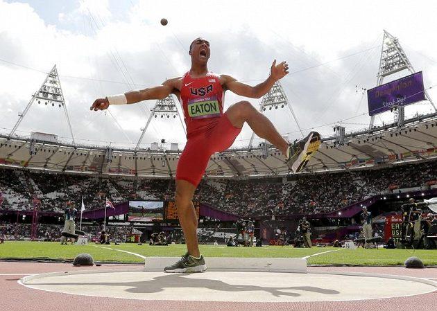 Ashton Eaton odhazuje kouli při olympijském desetiboji v Londýně.