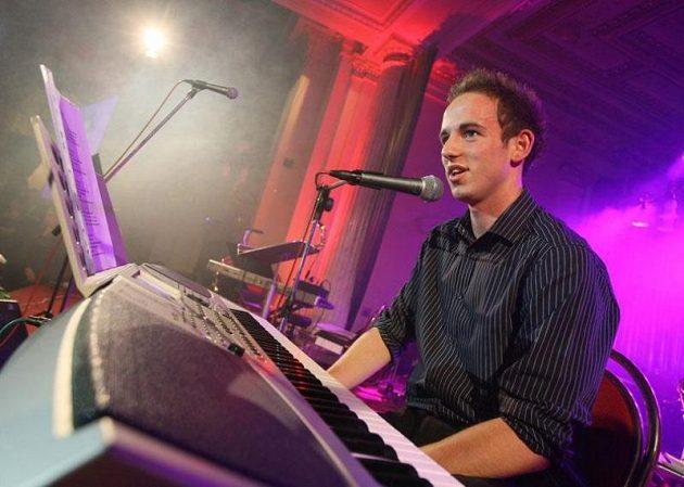 Slávista Tomáš Jablonský při svém hudebním vystoupení na klubovém bále
