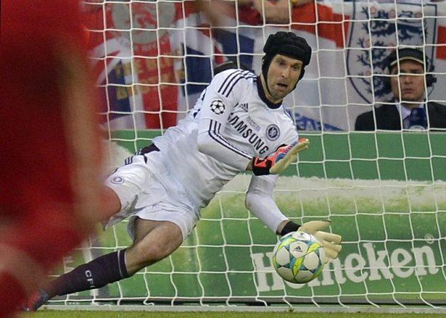 Petr Čech chytá v prodloužení Robbenovu penaltu.