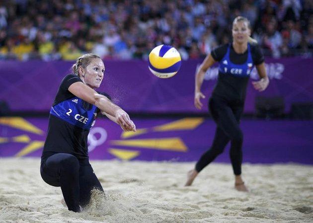 Plážová volejbalistka Kristýna Kolocová vybírá smeč při čtvrtfinále olympijského turnaje s Američankami Jennifer Kessyovou a April Rossovou.
