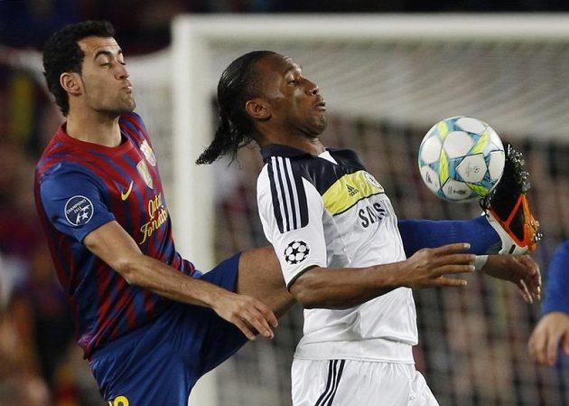 Útočník Chelsea Didier Drogba zpracovává míč před Busquetsem z Barcelony
