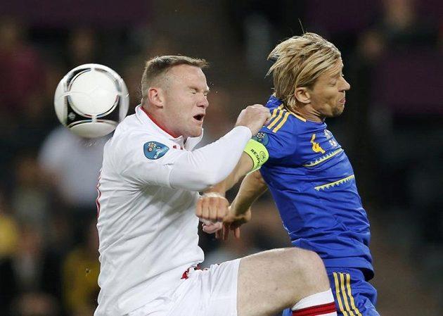 Anglický forvard Wayne Rooney (vlevo) bojuje o míč s Ukrajincem Anatolijem Tymoščukem