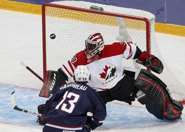 Americký hokejista John Gaudreau ostřeluje kanadského gólmana Malcolma Subbana.