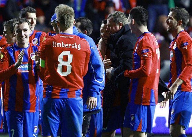 Plzeňští fotbalisté se spolu s trenérem Vrbou radují z vítězství nad Atlétikem Madrid.