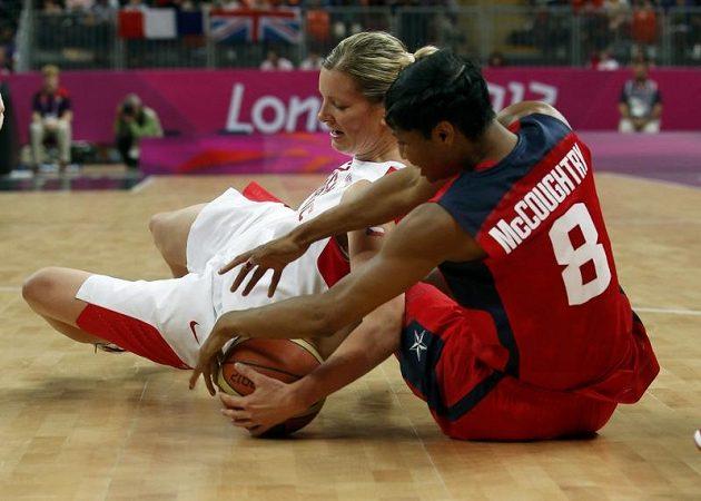 I na zemi se rvala o míč Eva Vítečková s Angel McCoughtryovou z USA