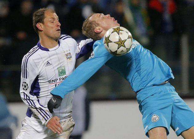 Fotbalista Anderlechtu Milan Jovanovič (vlevo) v souboji s obráncem Aleksandrem Aňukovem z Petrohradu.