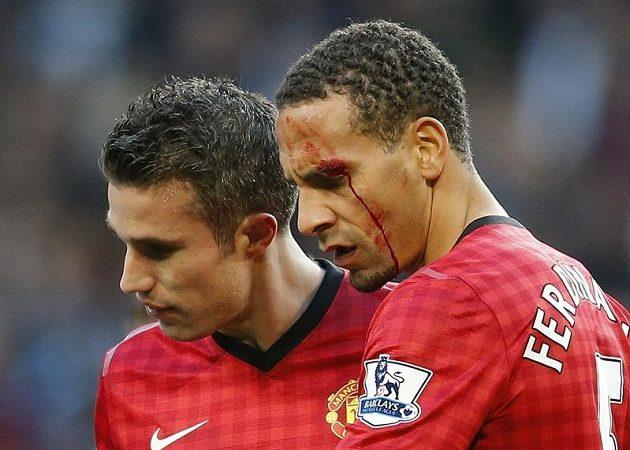 Po brance Robina Van Persieho (vlevo) schytal Rio Ferdinand úder mincí do obličeje.