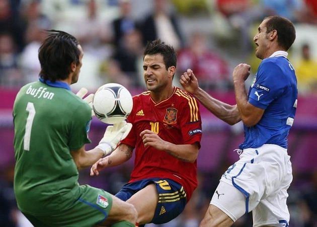 Pozdější finalisté se utkali už ve skupině. Cesc Fábregas (uprostřed) a gólman Gianluigi Buffon se v prvním měření sil rozešli smírně 1:1.