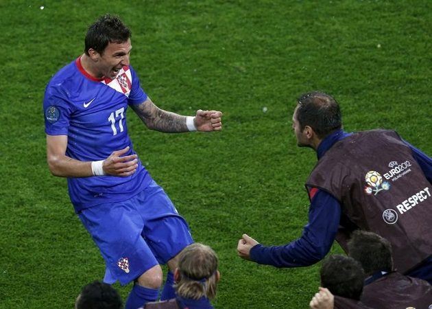Chorvat Mario Mandžukič se raduje z gólu proti Irsku na EURO 2012.