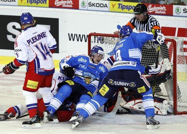 Závar před českou brankou. Zleva Tomáš Plekanec z ČR, Jussi Jokinen a Mikko Koivu, oba z Finska, před Jakubem Štěpánkem.