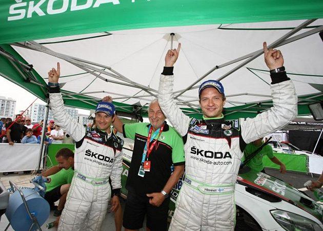 Juho Hänninen a jeho navigátor Mikko Markkula slaví triumf na Rallye Azory 2011. Mezi závodníky manažer týmu Škoda Motorsport Pavel Hortek.