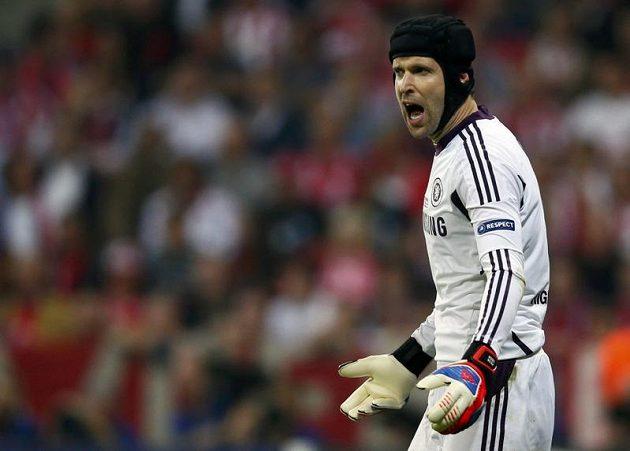 Petr Čech diriguje své spoluhráče z Chelsea ve finále Ligy mistrů s Bayernem