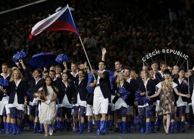 Badmintonista Petr Koukal vede českou výpravu na plochu Olympijského stadiónu při zahájení her v Londýně.