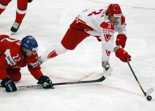 Dán Kim Lykkeskov a Lukáš Kašpar během úvodního zápasu na mistrovství světa.