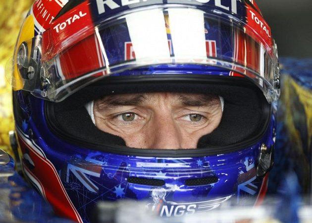 Australan Mark Webber vyfoukl Alonsovi na trati v Silverstonu vítězství.