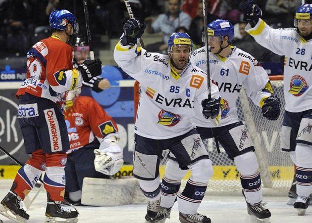 Hráči Vítkovic (zleva) Jiří Burger, Lukáš Klimek a Juraj Štefanka se radují z druhého gólu.