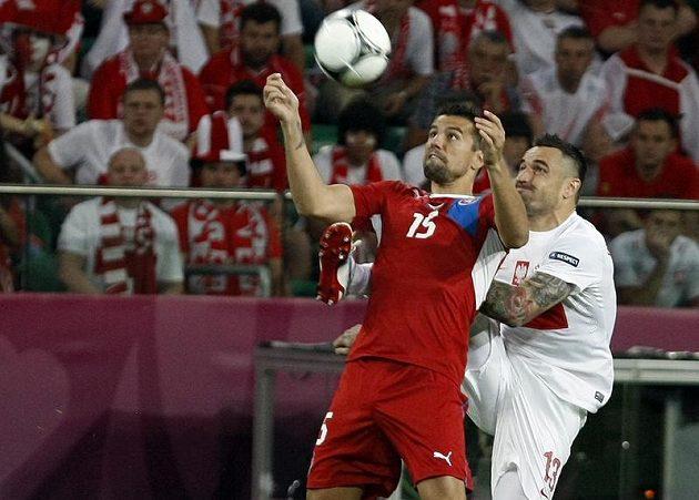 Milan Baroš si kryje míč před Polákem Wasilewskim.
