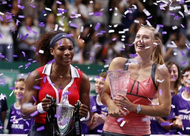 Vítězka Turnaje mistryň Serena Williamsová (vlevo) s poraženou finalistkou Marií Šarapovovou.