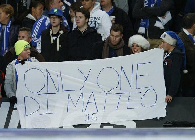 Fanoušci Chelsea vyjadřují transparentem podporu odvolanému kouči Di Matteovi.