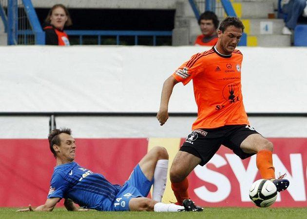 Liberecký Tóth na zemi se snaží marně sebrat míč olomouckému Doležalovi.