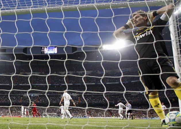 Iker Casillas z Realu se chytá za hlavu poté, co se mu nepodařilo chytit pokutový kop proti Bayernu Mnichov v odvetě semifinále Ligy mistrů.