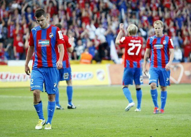 Plzeňský Michal Ďuriš (vlevo) a jeho plzeňští spoluhráči nemohli uvěřit šokující prohře...