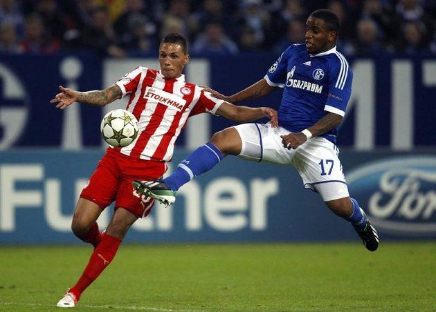 Jefferson Farfan ze Schalke (vpravo) bojuje o míč s Josém Holebasem z Olympiakosu