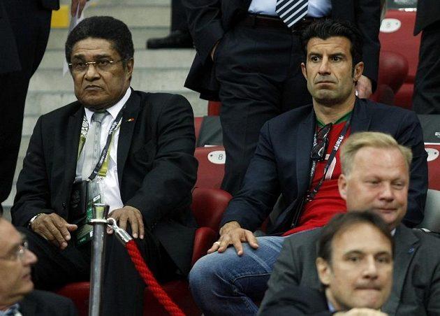 Slavné osobnosti portugalského fotbalu Eusebio (vlevo) a Luis Figo v hledišti při zápase Česka proti Portugalsku