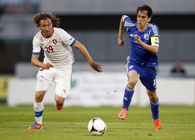 Petr Jiráček (vlevo) běží za míčem vedle Yossi Benayouna z Izraele