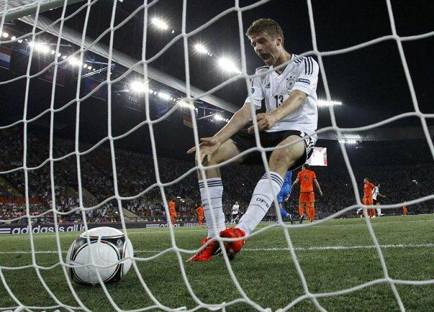 Thomas Müller oslavuje první trefu německého týmu v utkání s Nizozemskem