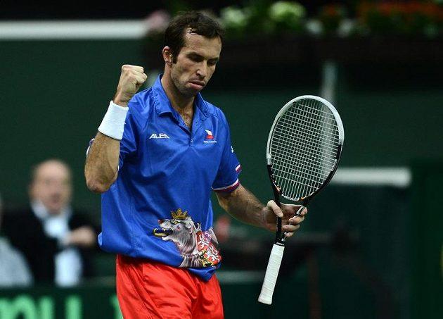 Oslavné gesto Radka Štěpánka v rozhodující dvouhře finále Davisova poháru proti Španělu Nicolási Almagrovi