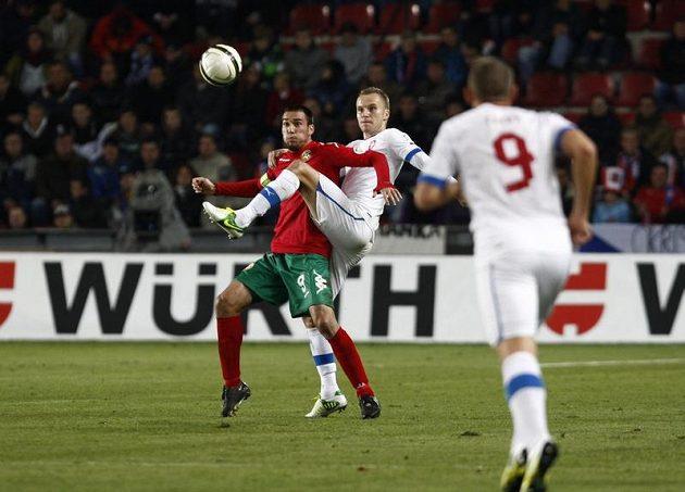Před Michalem Kadlecem si snaží zpracovat míč Světoslav Djakov z Bulharska.