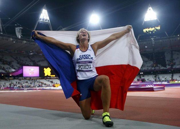 S českou vlajkou slavila Barbora Špotáková olympijské zlato
