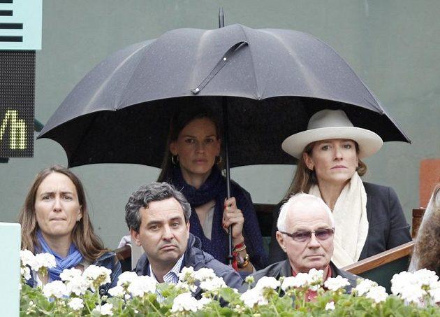 Finále na Roland Garros s napětím sledovala pod obřím deštníkem i herečka Hilary Swanková