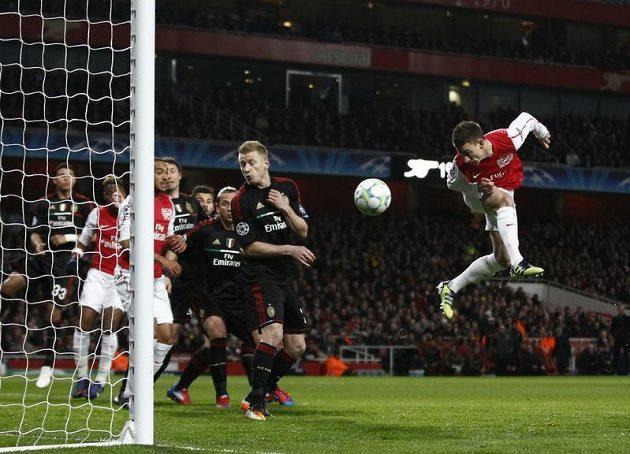 Laurent Koscielny z Arsenalu (vpravo) střílí gól do sítě AC Milán.