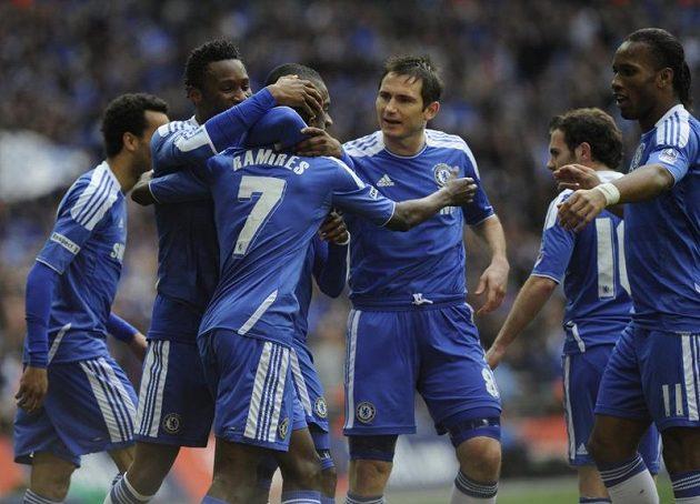 Fotbalisté Chelsea slaví s Ramiresem (číslo 7) jeho gól do sítě Liverpoolu.
