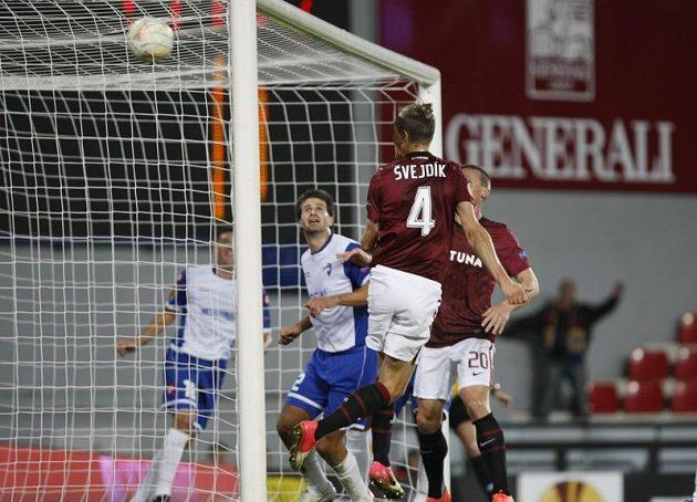 Sparťan Ondřej Švejdík těsně před přestávkou jistil třetím gólem vedení Letenských nad Šmonou.