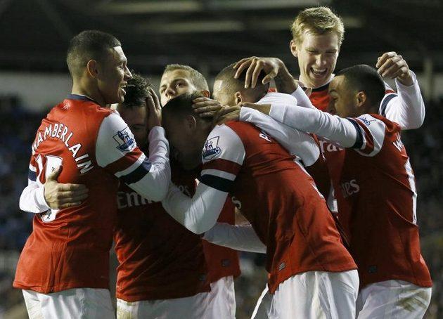 Fotbalisté Arsenalu Londýn oslavují gól na hřišti Readingu.