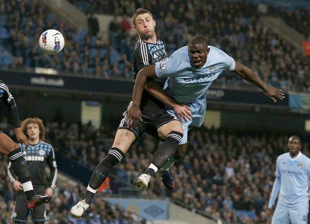 Micah Richards z Manchesteru City (vpravo) hlavičkuje přes bránícího hráče Chelsea Garyho Cahilla.