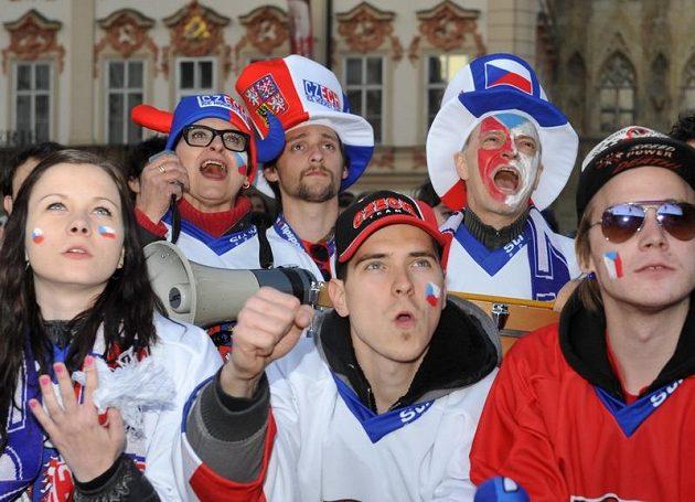 Fanoušci sledují na Staroměstském náměstí v Praze čtvrtfinálový zápas se Švédskem.