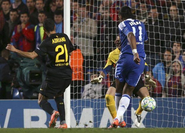 Didier Drogba z Chelsea (vpravo) střílí gól Barceloně.