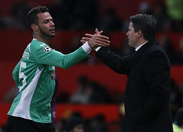 Fotbalista Kluže Luis Alberto (vlevo) a trenér Paulo Sergio slaví branku na Old Trafford.