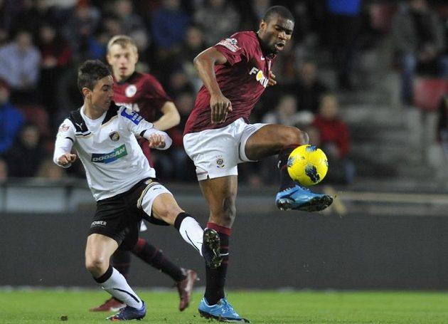 Sparťanský útočník Leonard Kweuke bojuje o míč s plzeňským Milanem Petrželou.